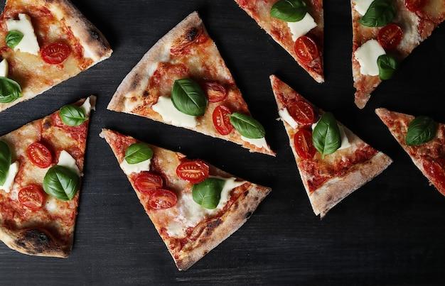 Tempo di pizza! gustosa pizza tradizionale fatta in casa, ricetta italiana Foto Gratuite