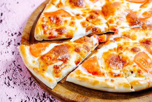 トマトをトッピングしたピザ 無料写真