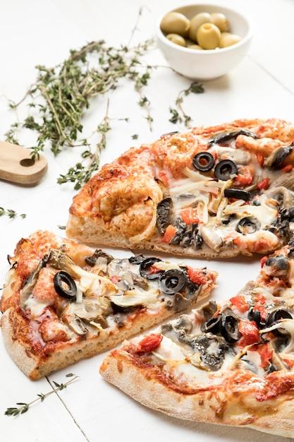 Пицца с оливками и овощами Бесплатные Фотографии