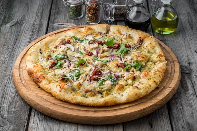 天日干しトマト、生ハム、ルッコラ、パルメザンチーズのピザ Premium写真