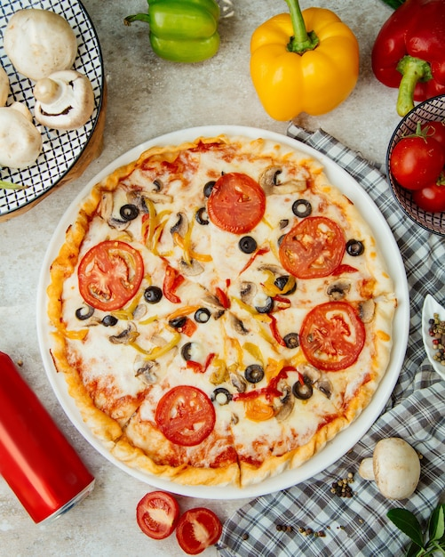 Pizza with tomato olives and bell peppers Free Photo