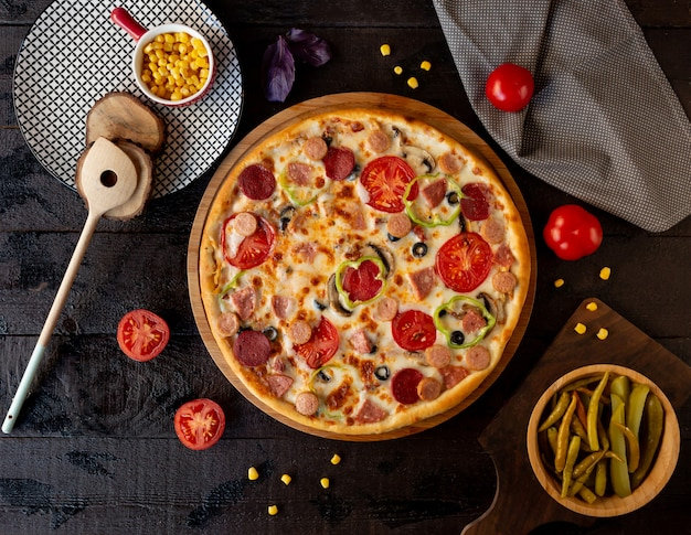 Pizza with tomato slices and pepperoni. Free Photo