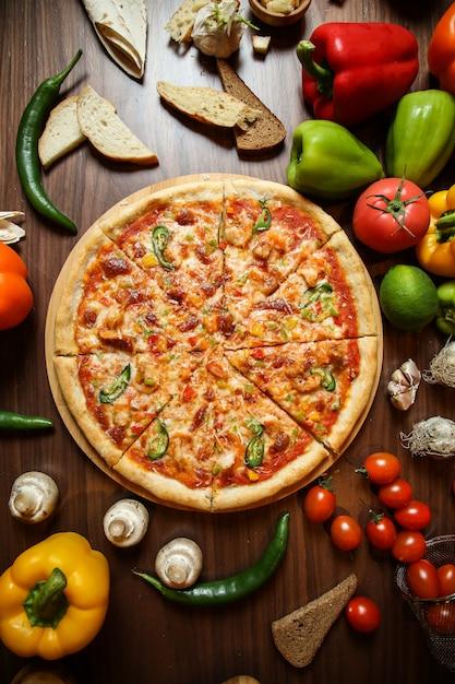 Пицца с различными ингредиентами на столе Бесплатные Фотографии
