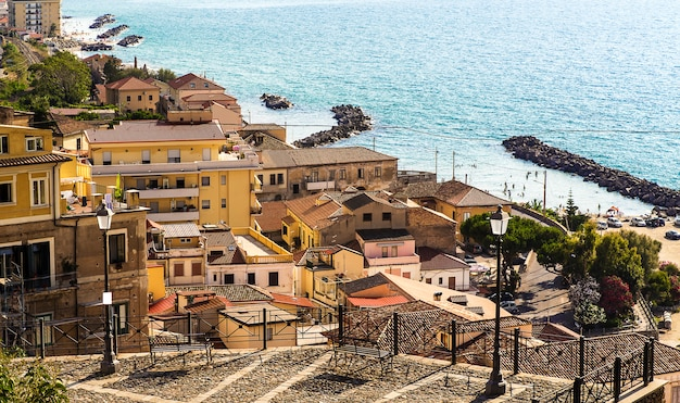 Pizzo calabroは、サンタエウフェミア湾を見下ろす険しい崖の上に位置するvibo valentia(カラブリア、イタリア南部)の港、コミューンです。 Premium写真
