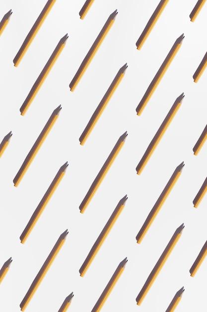 Простой желтый офисный карандашный узор с жесткими тенями на белом Premium Фотографии