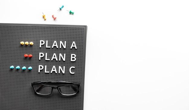 Планируйте концепции a, b, c и направления с текстом на столе стола. управление бизнесом. концепции встреч и мозгового штурма Premium Фотографии