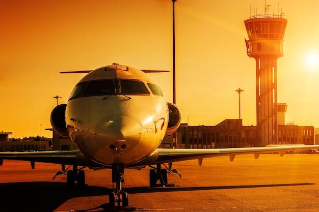일몰에 공항에서 비행기 무료 사진
