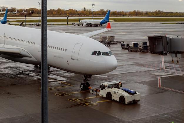 Самолет на взлетной полосе с обслуживанием самолета. | Премиум Фото