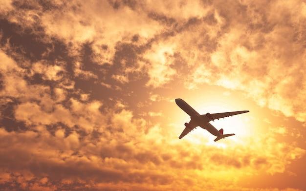 흐린 날에 태양을 지나가는 비행기 무료 사진