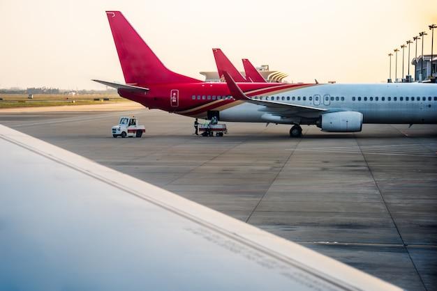 Самолеты на взлетно-посадочной полосе Бесплатные Фотографии
