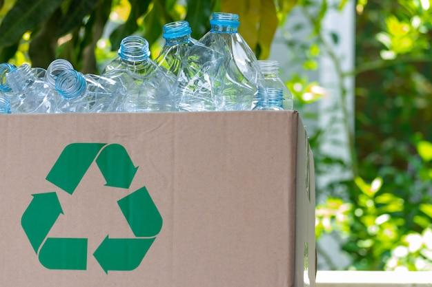 Пластиковые бутылки в коробке для переработки концепции. всемирный день окружающей среды. Premium Фотографии