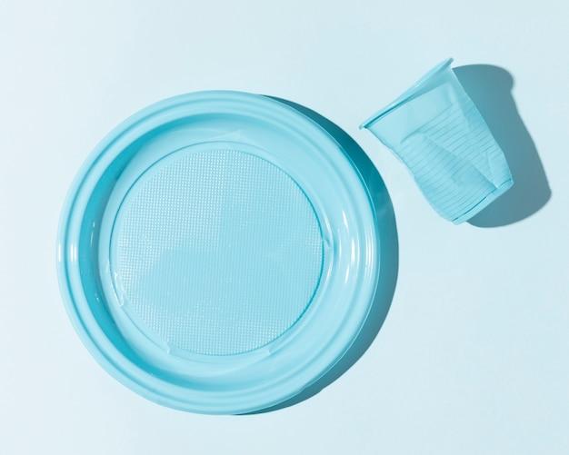 Tazza e piatto in plastica schiacciata Foto Gratuite