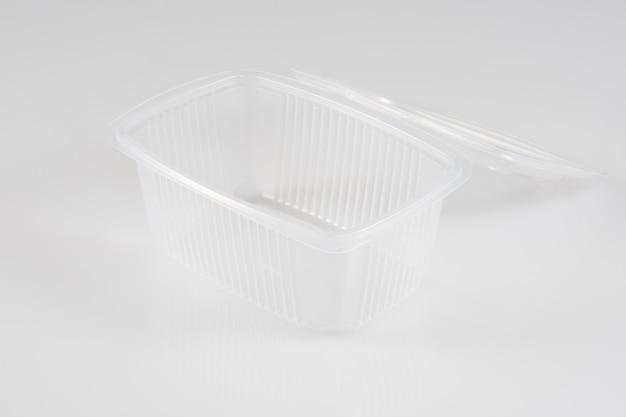 白で隔離されるプラスチック食品パッケージ Premium写真