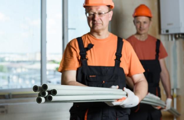 配管と家庭暖房用のプラスチックパイプ。 Premium写真