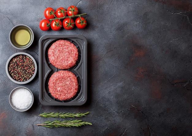 Пластиковый поднос с сыром фаршем домашнего мясного котлета из говядины со специями и зеленью. вид сверху и. Premium Фотографии