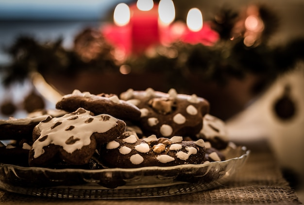 Plate full of christmas gingerbreads Premium Photo