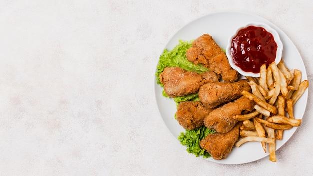 Тарелка жареной курицы с копией пространства Premium Фотографии