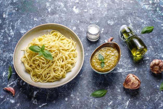 Тарелка макарон с домашним соусом песто Бесплатные Фотографии