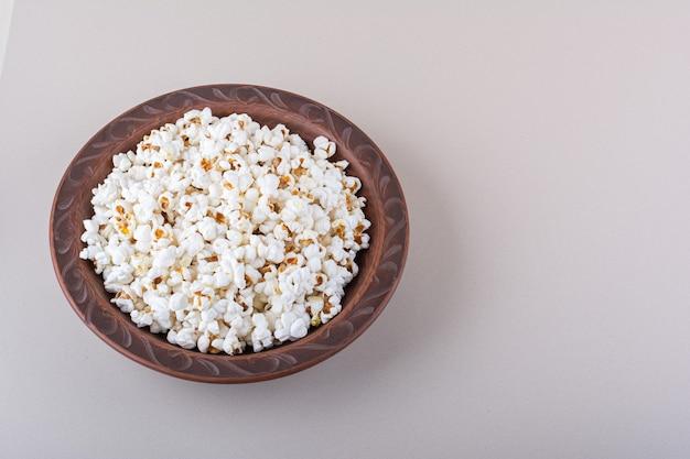Piatto di popcorn salato per la serata di film su sfondo bianco. foto di alta qualità Foto Gratuite