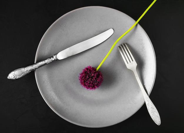 電化製品と野生のニンニクの花でプレート 無料写真