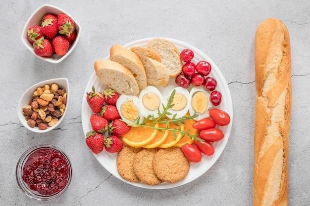 Piatto con frutta e verdure dell'uovo sodo per la prima colazione Foto Gratuite