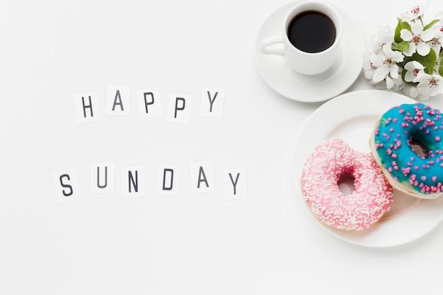 Тарелка с вкусными пончиками и кофе Бесплатные Фотографии