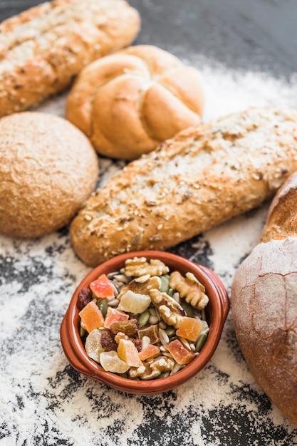 Piastra con snack secchi e prodotti da forno sul tavolo Foto Gratuite