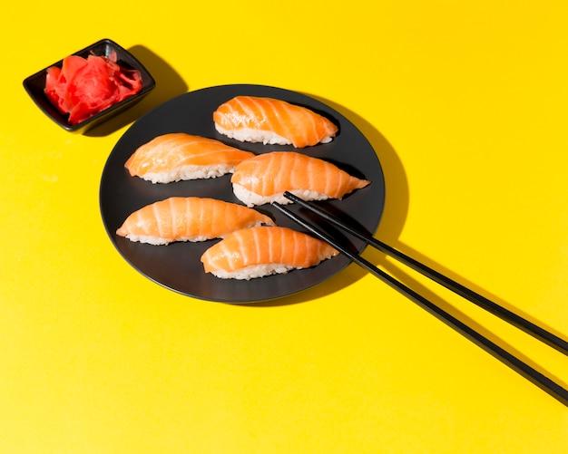 Тарелка со свежими суши роллы на столе Бесплатные Фотографии
