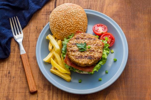 Piatto con hamburger e patatine fritte Foto Gratuite