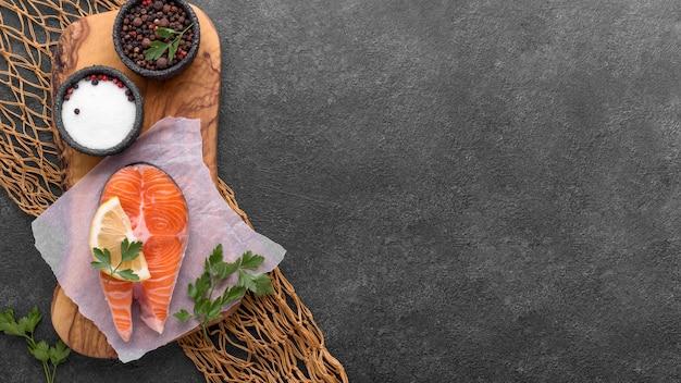 魚ネットコピースペースにサーモンとトマトのプレート 無料写真
