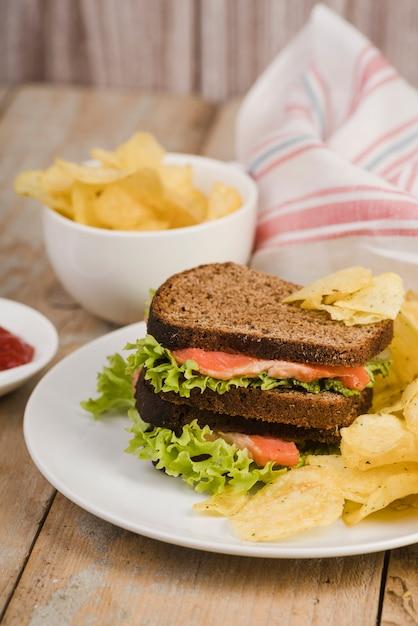 チップ付きボウルの横にサンドイッチ付きプレート 無料写真
