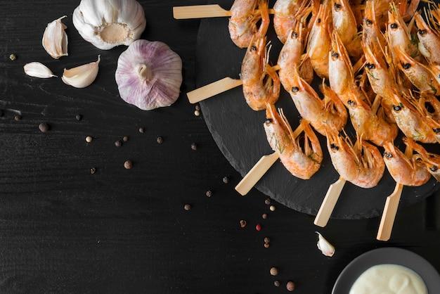 エビの串とニンニクのプレート 無料写真