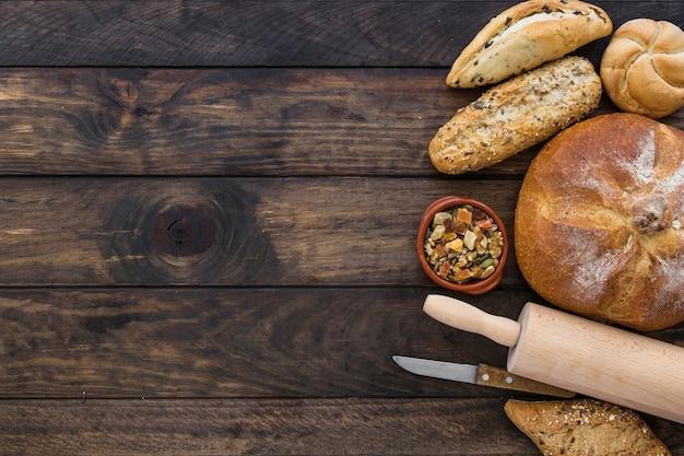 Piastra con snack e prodotti da forno sul desktop Foto Gratuite