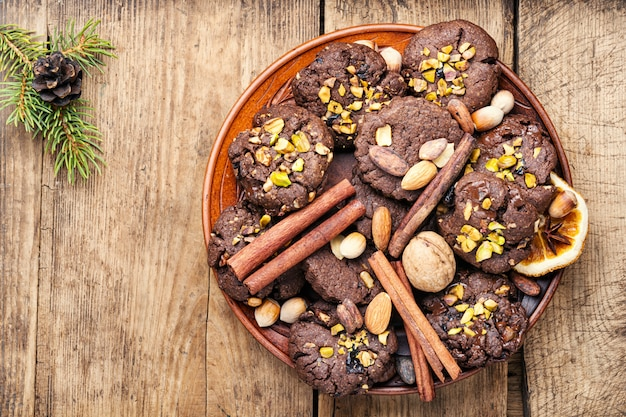 Plate with tasty christmas cookies Premium Photo