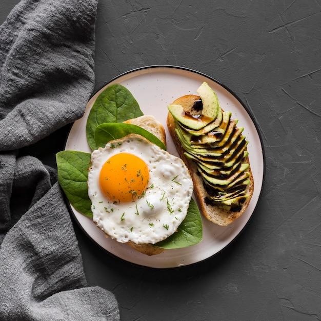 Тарелка с вкусным жареным яйцом Бесплатные Фотографии