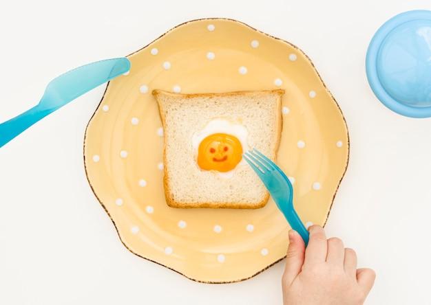 Тарелка с тостом для ребенка на столе Бесплатные Фотографии