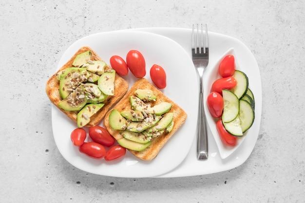 Piatto con toast e verdure Foto Gratuite