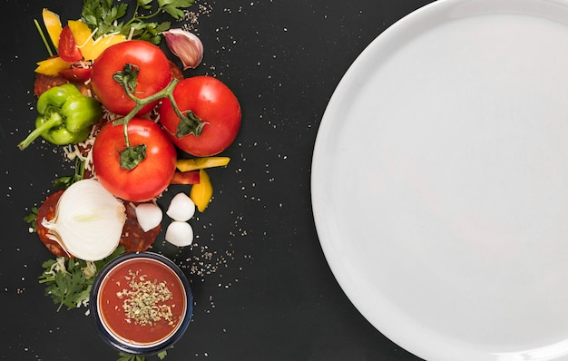 Тарелка с овощами для пиццы Premium Фотографии
