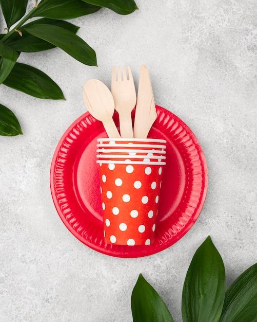 Тарелки с чашками и столовыми приборами вид сверху Бесплатные Фотографии
