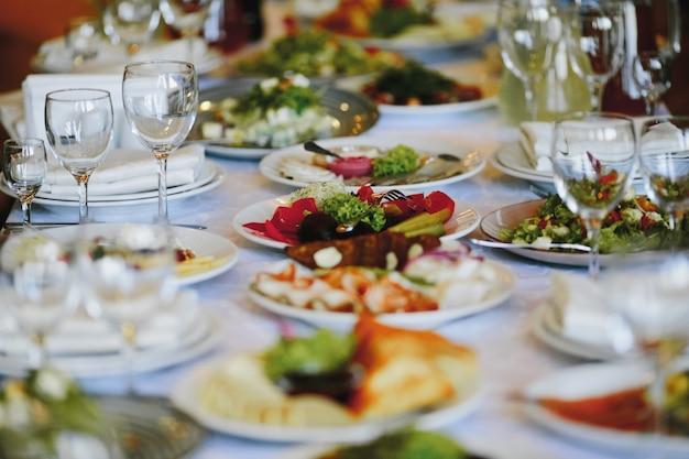축하 테이블에 다양한 음식이 담긴 접시 무료 사진