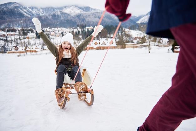 パパと雪の中で屋外で遊ぶ 無料写真
