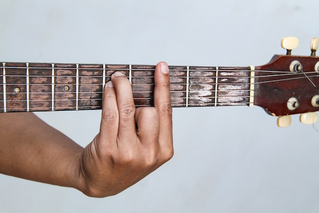 Play the guitar by hand, it\'s the chord guitar \