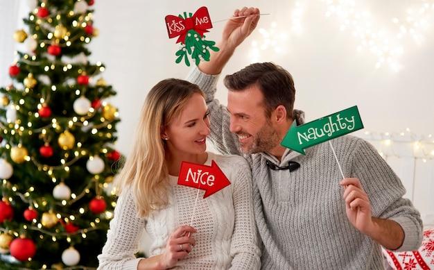 Игривая пара вместе празднует рождество Бесплатные Фотографии