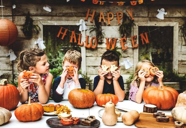Игривые дети наслаждаются вечеринкой на хэллоуин Бесплатные Фотографии