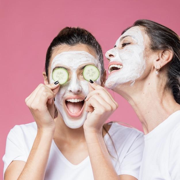 Игривая мама и дочка с маской для лица Бесплатные Фотографии