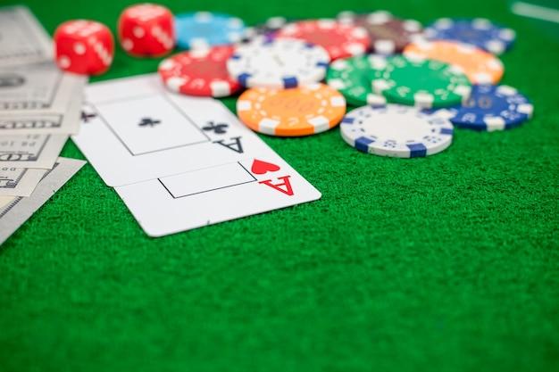Игральные карты и фишки для банкнот на столе в казино | Премиум Фото