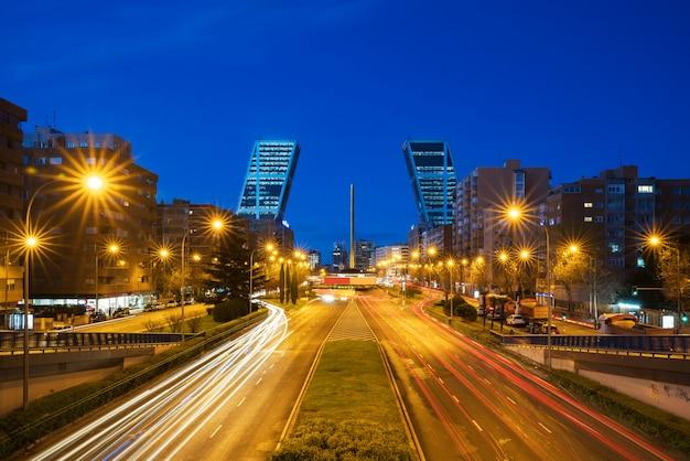 カスティーリャ広場(plaza castilla)は、スペインのマドリードの新しい経済の中心地です。 Premium写真