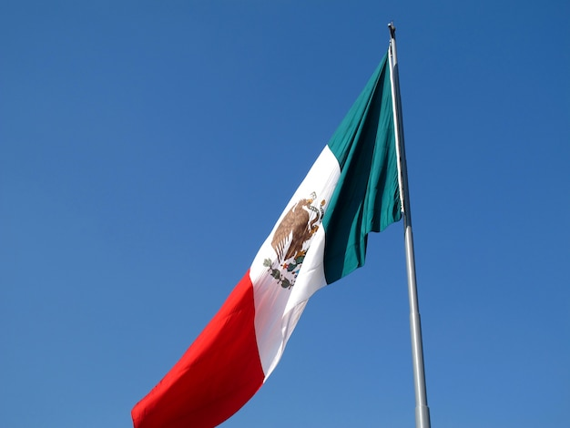 Флаг на сокало (plaza de la constitucion), мехико, мексика Premium Фотографии