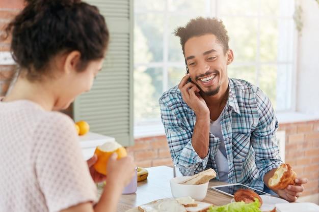 Приятно выглядящий стильный бородатый мужчина разговаривает по смартфону Бесплатные Фотографии