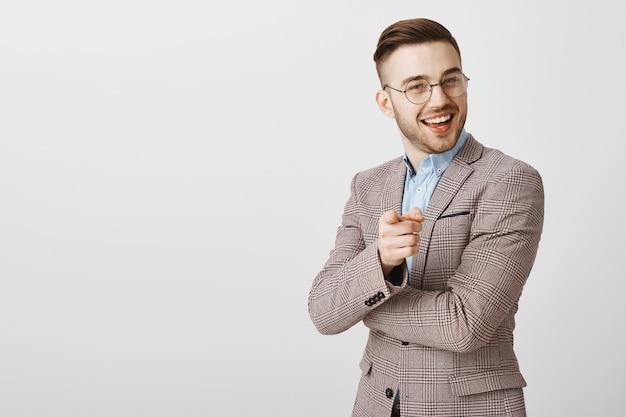 Довольный красивый бизнесмен, указывая на человека, делающего хорошее замечание, хорошую работу, хваля сотрудника, говоря, что он молодец Бесплатные Фотографии
